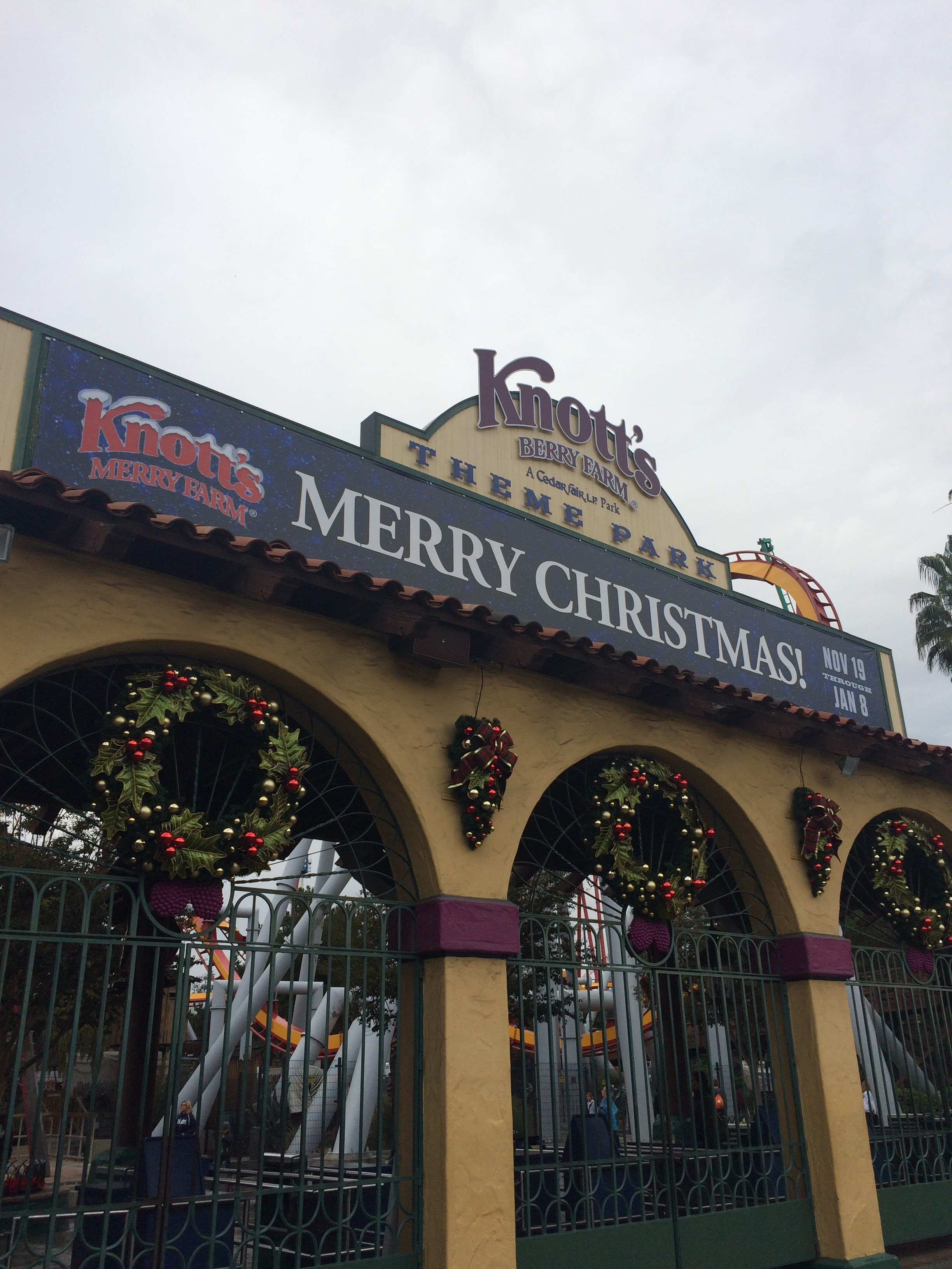 The Knott's Merry Farm entrance on an overcast day (c) Ken Pellman